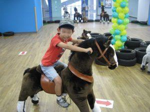 馬に跨る若君