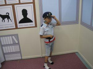 警官に扮する若君