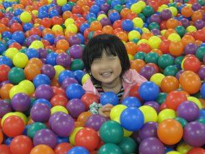 子供ボール温泉でボールに浸かる姫君