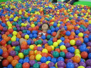 子供ボール温泉でボールに埋もれる若君