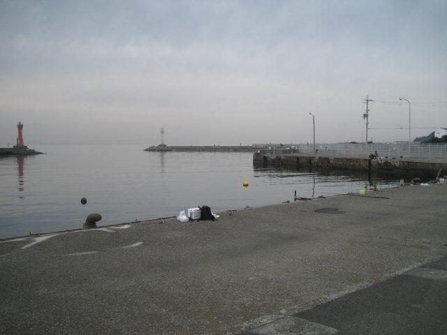深日港の駐車場前