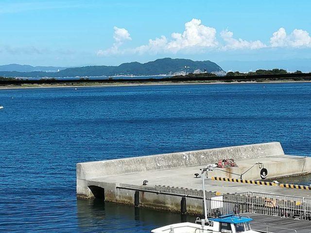日月館から海を挟んで『成ヶ島』