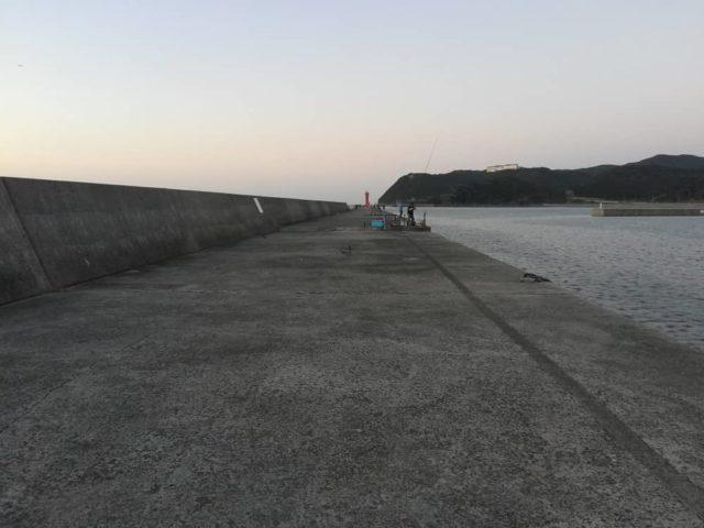 波戸内向き(右側)の釣り人がいる場所から釣り解放区