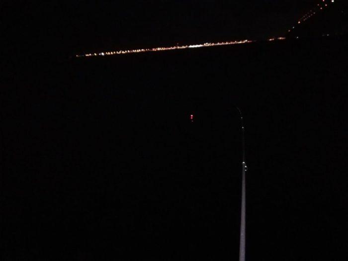 暗闇の海に浮かぶ電気ウキ1つ