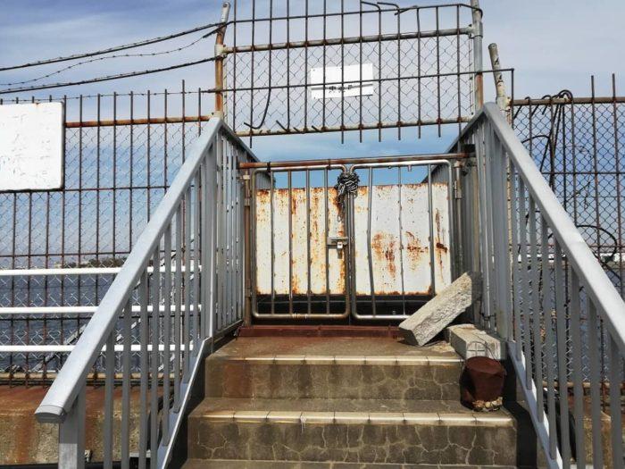 立ち入り禁止区域の門は閉ざされている