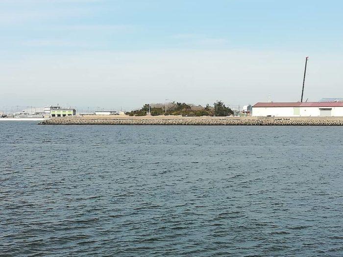 対岸は汐見埠頭の大津川尻テトラ帯