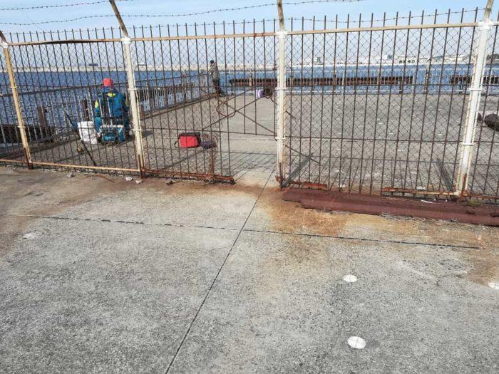 コーナー付近には一部穴の開いた鉄柵
