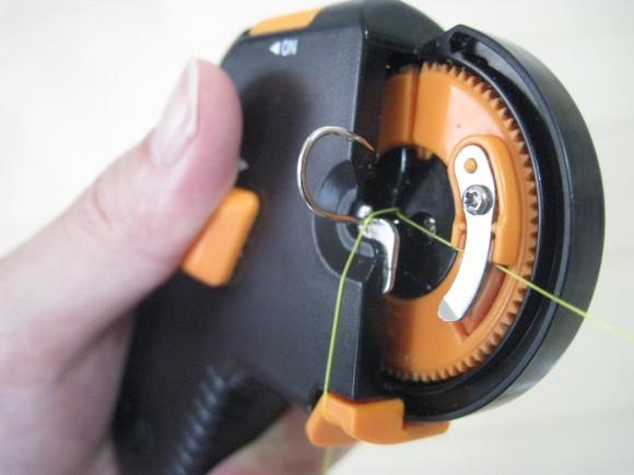針結び器に針と糸をセット