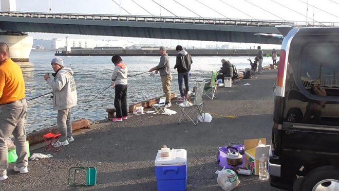かもめ大橋下釣り場混雑の模様