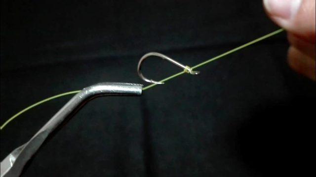 漁師結びの結び方(14)本線と端糸を引き合って締め込む