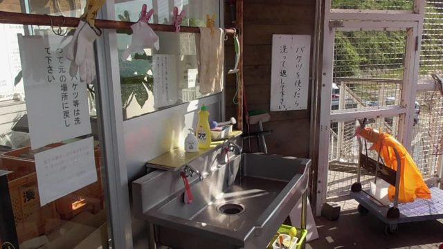 洗剤や小道具も完備された洗い場