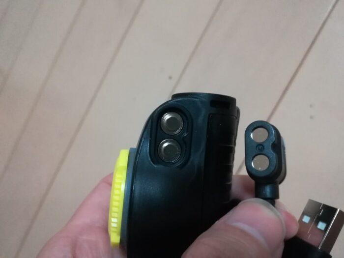 バッテリー充電にマグネット式のUSBケーブル